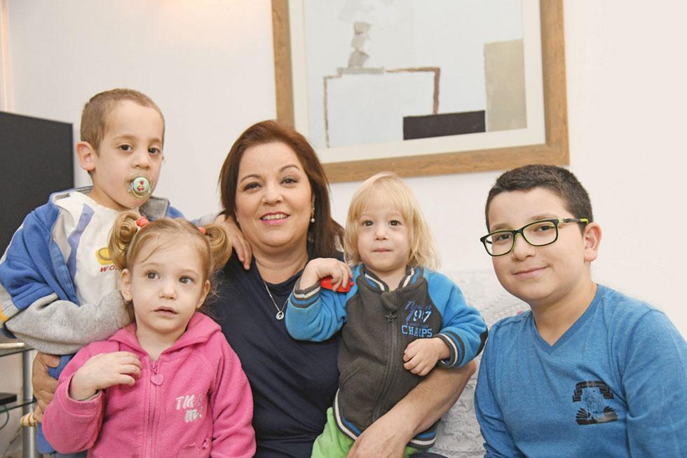 """""""עד היום אני אומרת שיש לי חמישה ילדים"""". מימין: תומר, עמיחי, עופרה, מילי וברק בורין  (צילום: יאיר שגיא)"""