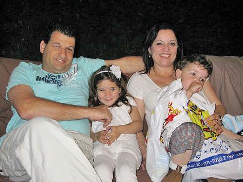 עופרה וגיל עם תומר ומיקה בתמונה משפחתית מאושרת שצולמה לפני האסון (צילום: אלבום פרטי)