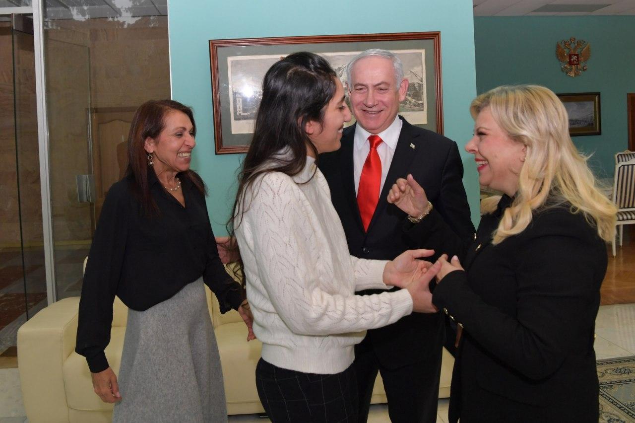 Встреча в аэропорту: Наама с мамой, Биньямин и Сара Нетаниягу