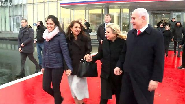 Яфа и Наама Иссахар с супругами Нетаниягу в аэропорту Внуково