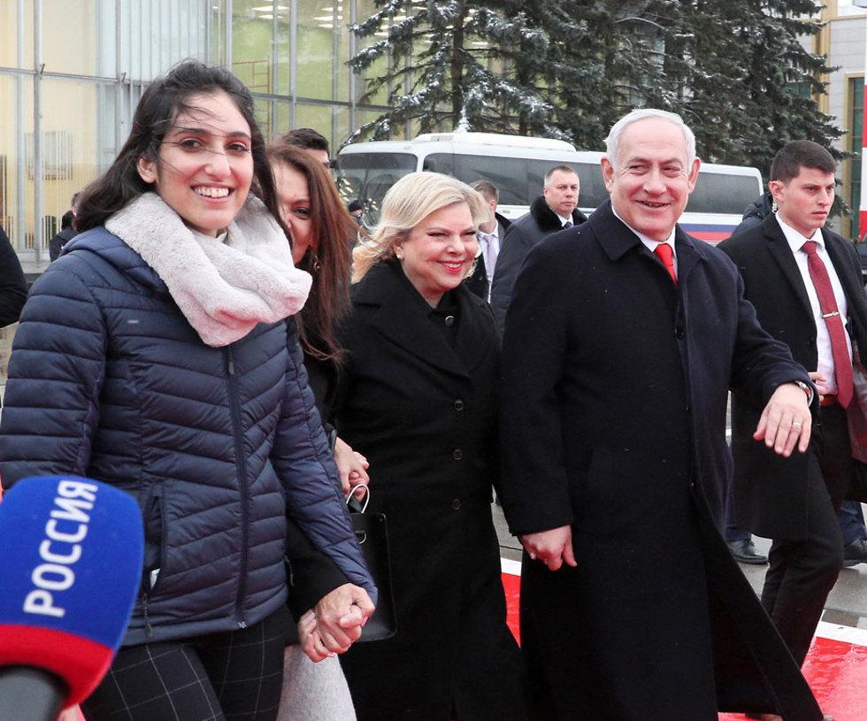 Наама Иссахар с супругами Нетаниягу перед вылетом в Израиль. Фото: MCT (צילום: MCT)
