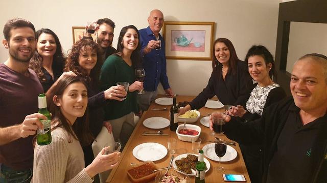 Вся семья в сборе за праздничным ужином