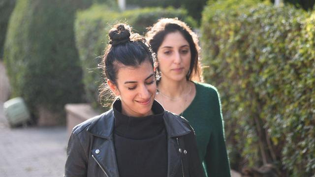 Наама с сестрой Лиад возле дома. Фото: Яир Саги