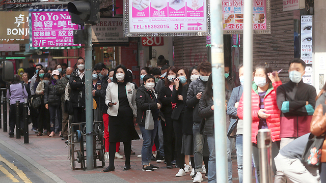 קונים מסכות הגנה בהונג קונג (צילום: AP)