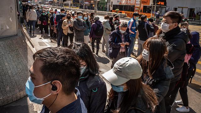 קונים מסכות הגנה בהונג קונג (צילום: gettyimages)