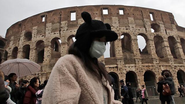 נגיף קורונה סין תיירת מ שנגחאי ב רומא קולוסיאום איטליה (צילום: AP)