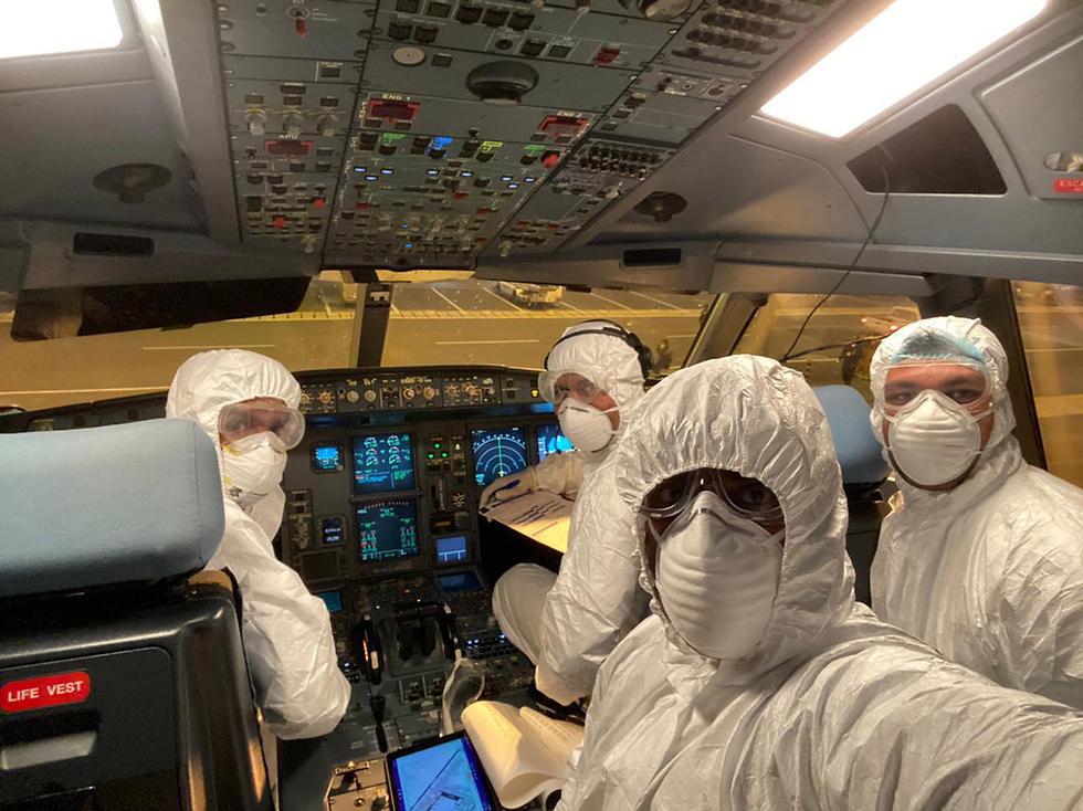 Экипаж авиакомпании Шри-Ланки эвакуирует граждан этой страны из китайского города Ухань. Фото: EPA