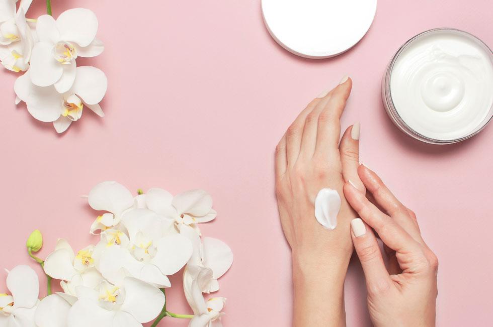 אין דבר כזה מריחת יתר של קרם ידיים. ולא, זה לא ממכר (צילום: Shutterstock)