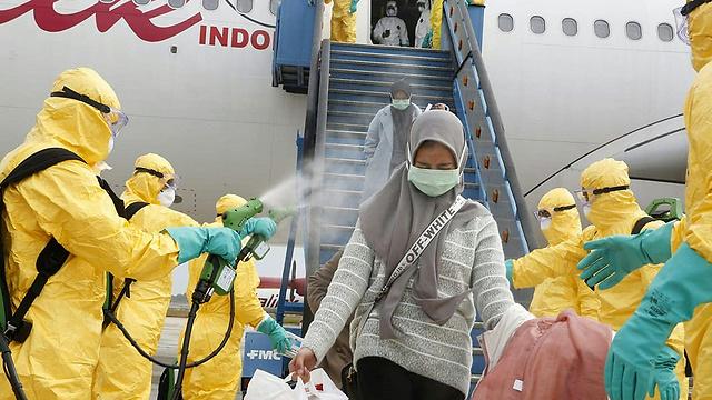 סטודנטים נוחתים ב אינדונזיה חזרו מ ווהאן סין נגיף קורונה (צילום: AFP PHOTO / INDONESIAN EMBASSY)