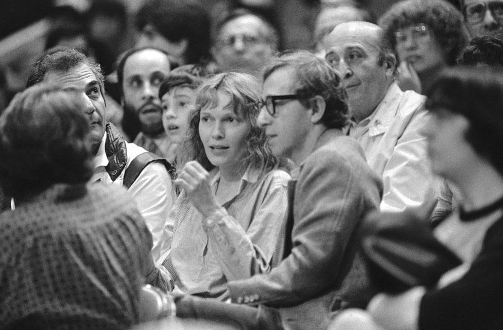 אז הגיע וודי אלן עם הסדר המגורים המפורסם משני צידי הפארק, ההאשמות בפדופיליה, המאומצים החדשים, ואיך זה נגמר בסוף כולם יודעים. 1983  (צילום: AP)