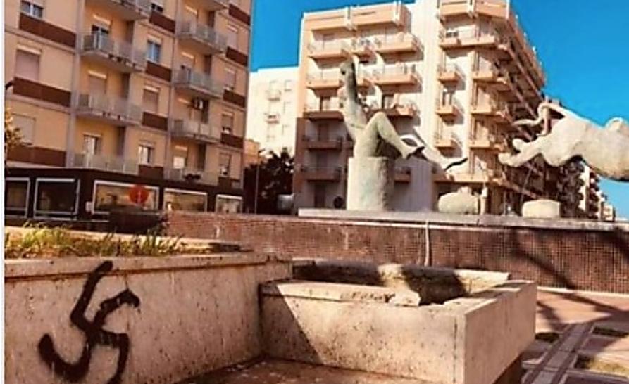 צלב קרס בכיכר אינאם, סיציליה