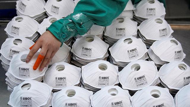 וירוס נגיף ה קורונה סין מפעל לייצור מסכות שנגחאי (צילום:  רויטרס)