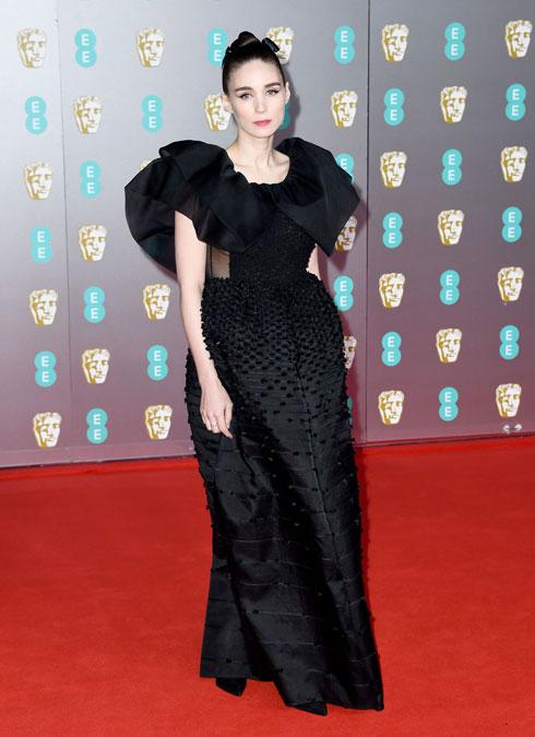 דרמטית. רוני מארה בשמלה של ז'יבנשי (צילום: Gareth Cattermole/GettyimagesIL)