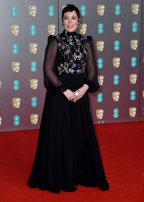 אוליביה קולמן בשמלה של בית האופנה אלכסנדר מקווין (צילום: Gareth Cattermole/GettyimagesIL)
