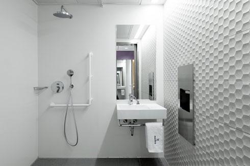כיורי קוריאן בחדרי הרחצה של המאושפזים (צילום: גדעון לוין, סטודיו 181 מעלות)