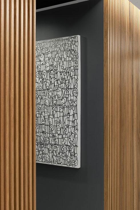 סרגלי עץ ותאורה נסתרת (צילום: גדעון לוין, סטודיו 181 מעלות)