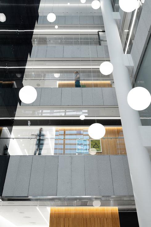 כדורי תאורה משתלשלים מלמעלה אל באי המקום (צילום: גדעון לוין, סטודיו 181 מעלות)