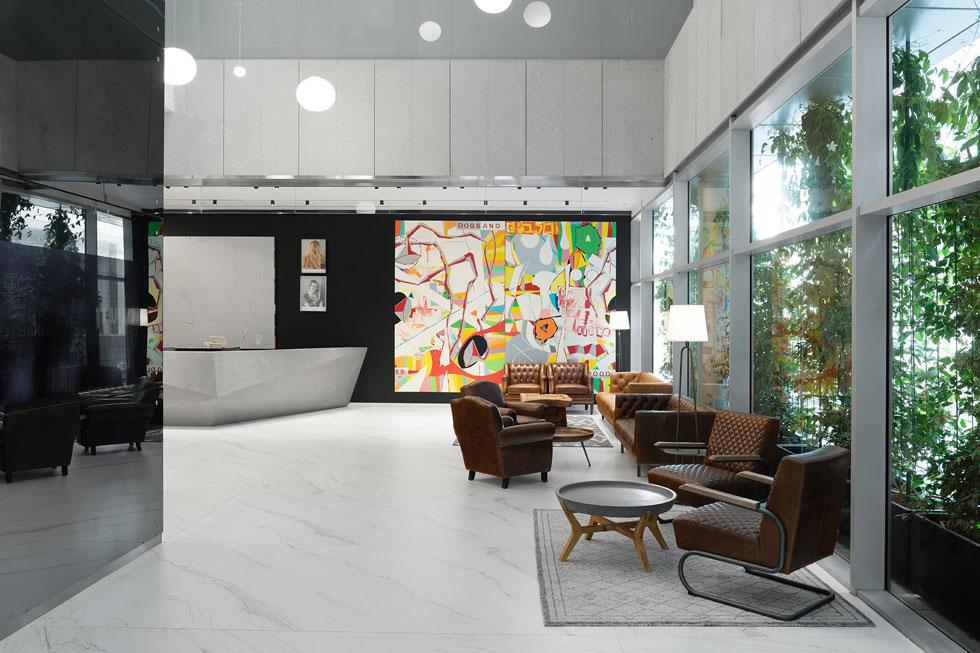 כמו בבתי חולים פרטיים אחרים, העיצוב נועד לשוות לטיפולים תחושה אופטימית ואגבית, כמו כניסה לחללי עבודה מודרניים (צילום: גדעון לוין, סטודיו 181 מעלות)