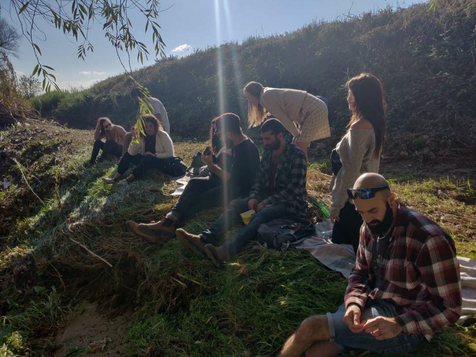 יש ערימה של חבר'ה על הדשא - ליד הירדן (צילום: באדיבות Gather)