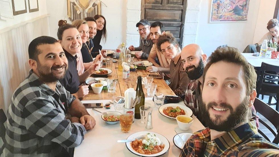 ככה זה בקיבוץ, כולם אוכלים יחד (צילום: באדיבות Gather)