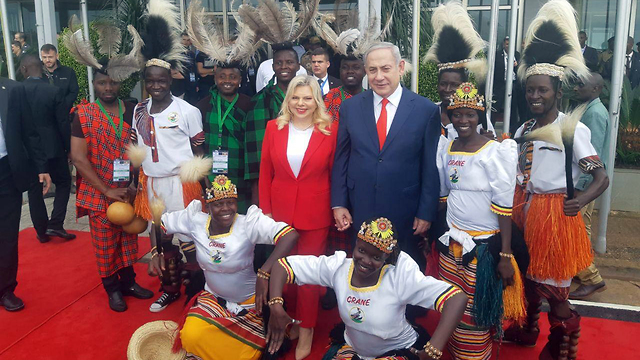 ראש הממשלה בנימין נתניהו ורעייתו באוגנדה ()