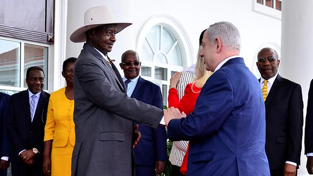 ראש הממשלה בנימין נתניהו ורעייתו שרה בביקור באוגנדה (צילום: רויטרס)
