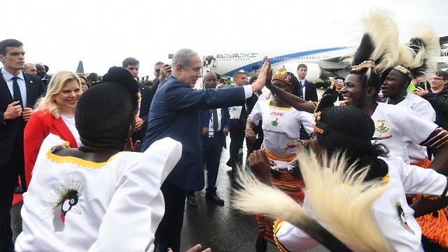 ראש הממשלה בנימין נתניהו ורעייתו שרה בביקור באוגנדה (צילום : חיים צח / לע