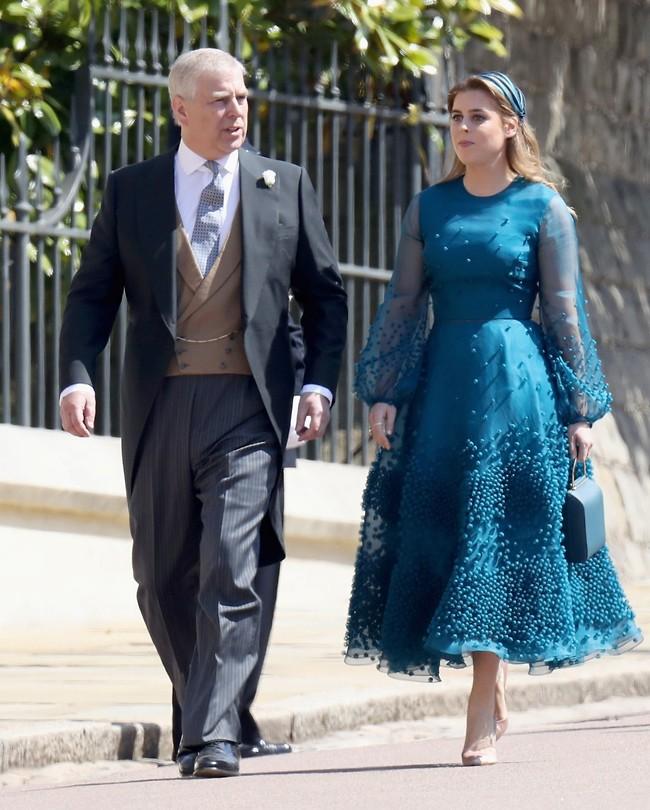 """""""אבא, מה אתה קונה לי מתנה ללידה?"""". ביאטריס והנסיך אנדרו (צילום: Gettyimages)"""