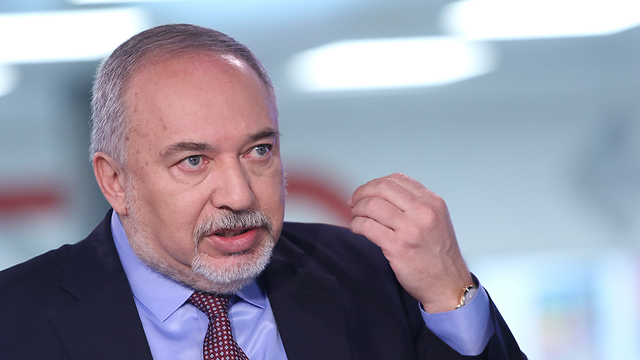 אביגדור ליברמן באולפן ynet (צילום: אבי מועלם)