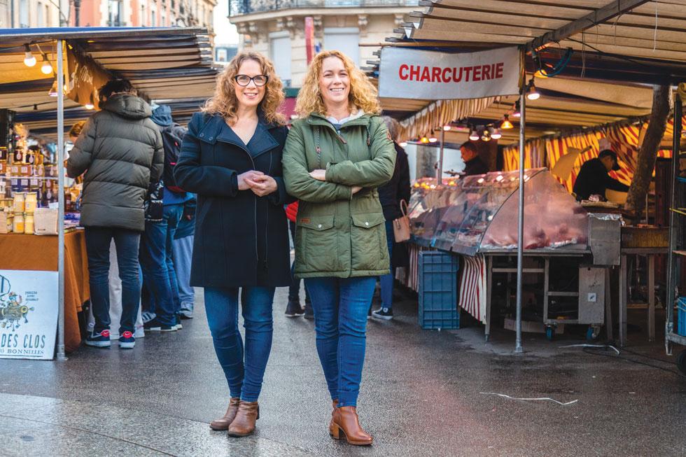 הכי פריז: גלי (מימין) השתתפה בסיור קולינרי שערכה שרון  היינריך (משמאל). כיום הן נשואות ושותפות בעסק   (צילום: Paris Chez Sharon)