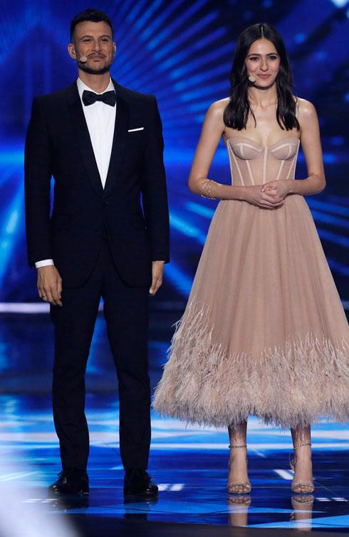 הצבע שונה, הגזרה דומה. לוסי איוב בשמלה של ענבל דרור באירוויזיון (צילום: AP)