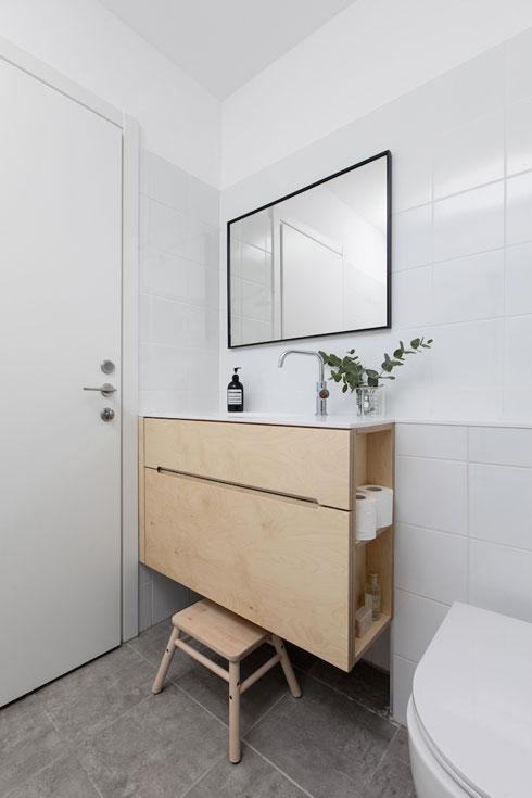 גם בחדר הרחצה תוכנן ארון דו צדדי (צילום: שירן כרמל)
