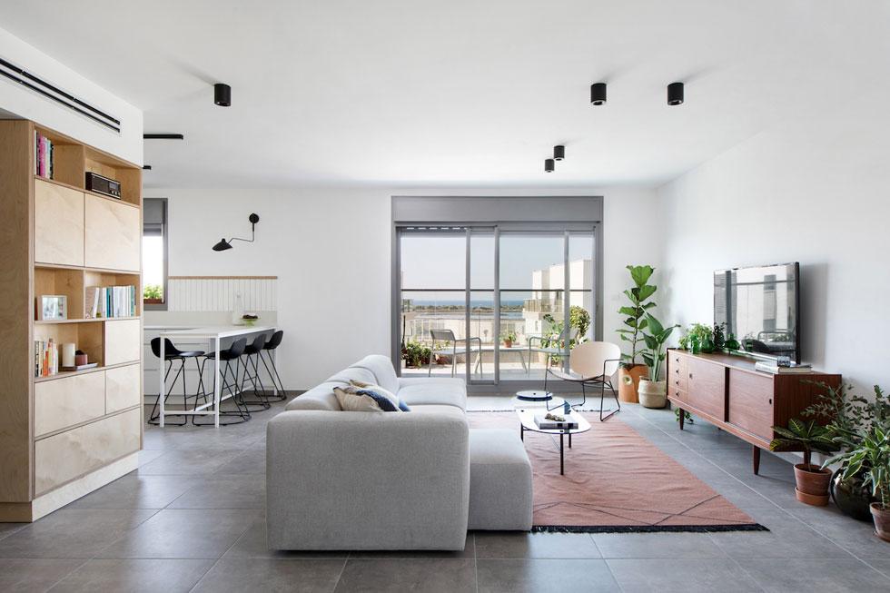 הדירה בת 130 מטרים רבועים, ועוד 70 מ''ר של מרפסות. בני הזוג לא הכירו את פרויקט מחיר למשתכן, והאבא שכנע אותם להירשם (צילום: שירן כרמל)