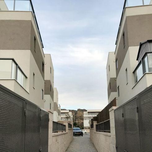 לבניינים שבעורף הרחוב מוביל שביל מרוצף וצר, העובר בין דירות הגן ומסתיים במגרש החניה (צילום: מיכל בלאו)