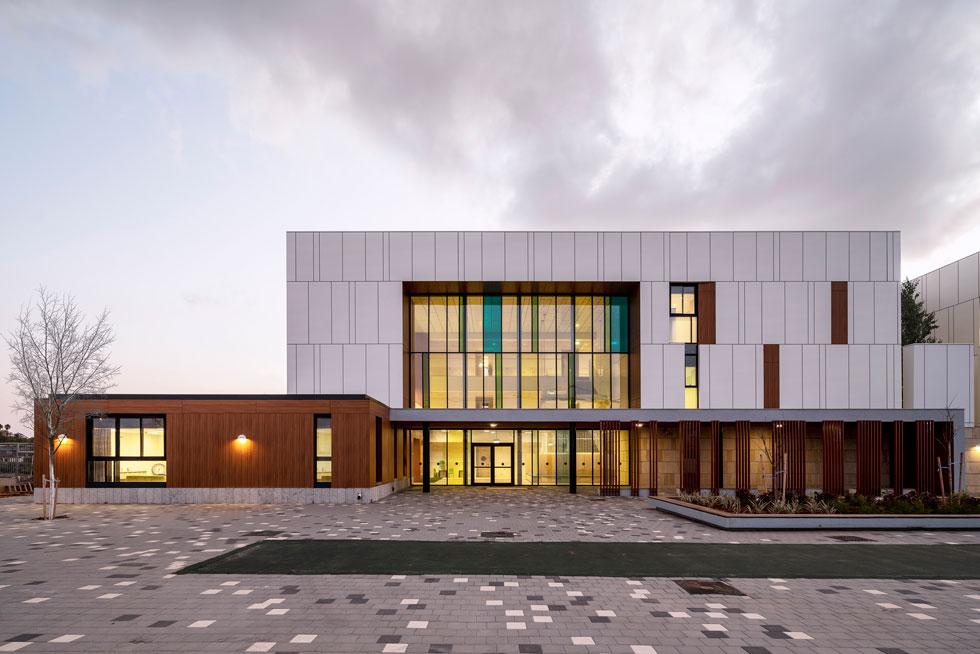 בית ספר מרחבים ביבנה, שנחנך באיחור של חצי שנה, בתכנונו של האדריכל ערן זילברמן. העץ שמבצבץ בצד ימין נמצא באחת החצרות (צילום: יואב פלד)