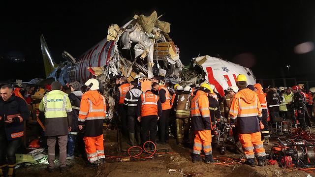 חילוץ הנוסעים מהמטוס (צילום: רויטרס)