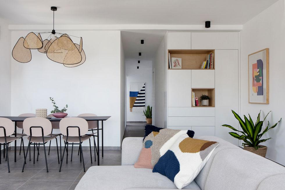 מעל שולחן האוכל בולטת מנורה שהובאה מחנות העיצוב הפריזאית fleux. המסדרון מוביל אל החלק הפרטי, של חדרי השינה (צילום: שירן כרמל)