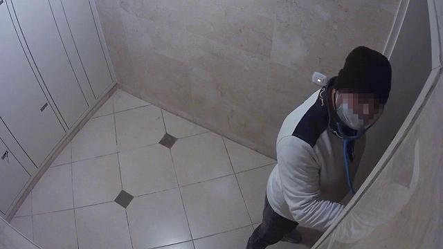 תיעוד: גנב התחזה לרופא וניסה לפרוץ לדירה ברמת גן ()