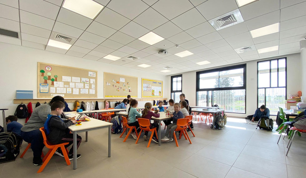 בכיתות, שתוכננו בסטנדרט של משרד החינוך, נכנס יותר אור שמש כדי לעודד את התלמידים במהלך היום המתיש (צילום: ערן זילברמן)