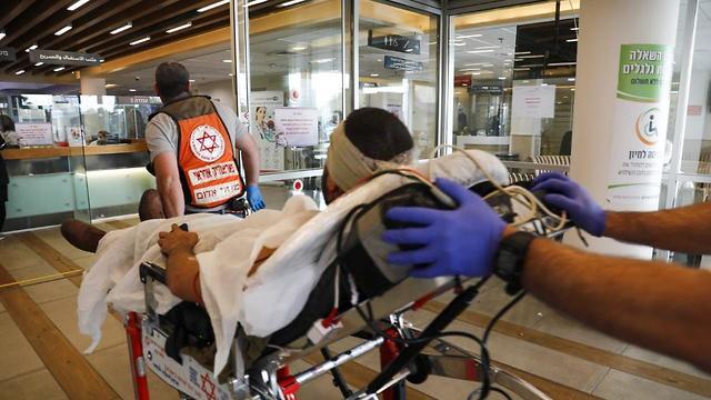 הגעת הפצוע לתל השומר (צילום: TPS)