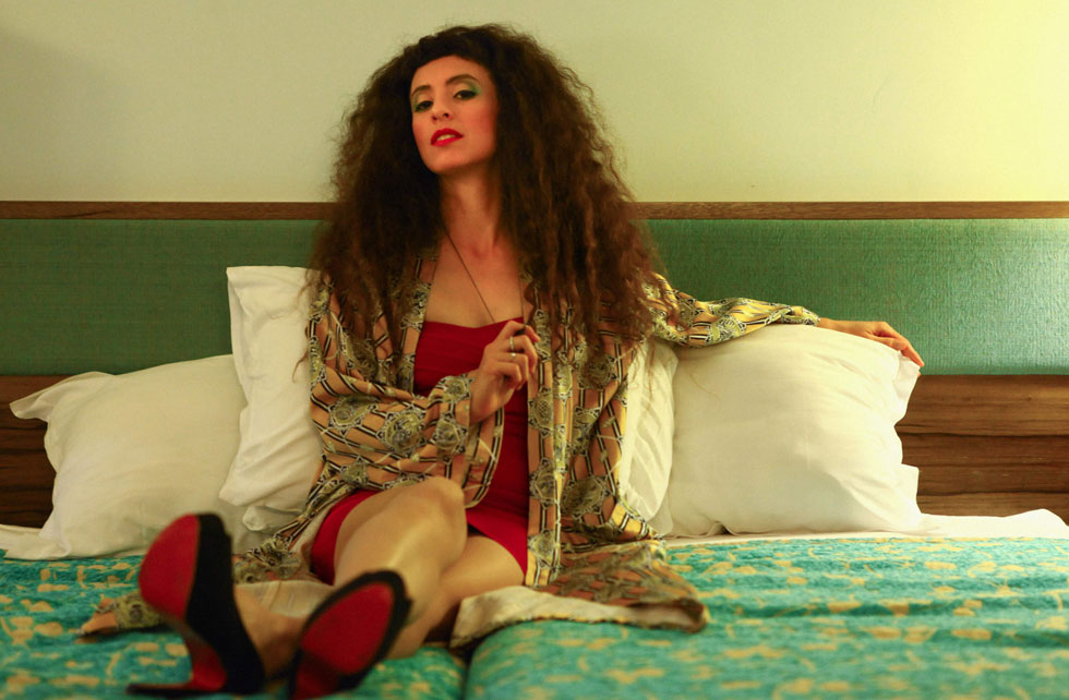 בגדי וינטג' המיובאים כולם מאמסטרדם, בדגש על סגנון נשי, סקסי וצבעוני. בטי בארץ הווינטג' (צילום: חן תמרי)