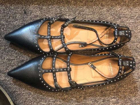 אצטרה. פריטי יד שנייה איכותיים כמו נעליים של ז'יבנשי (בתמונה)