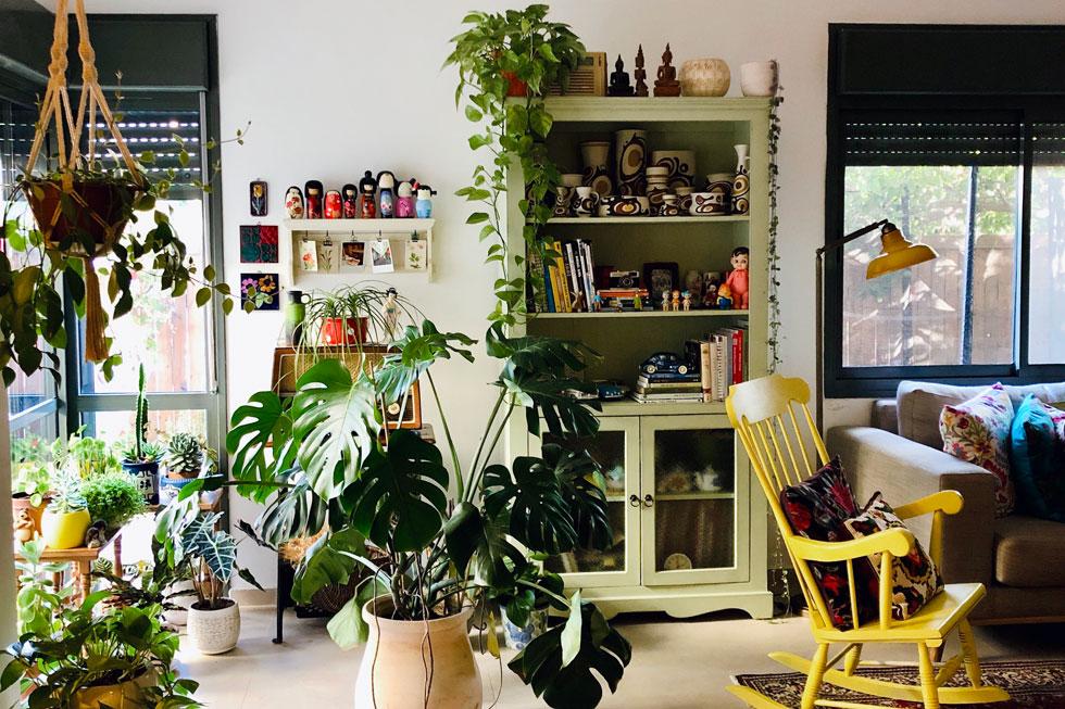 כמו הפוטוס מעל הארון, גם צמחים שאינם נחשקים, נדירים או יקרים, יוסיפו לעיצוב הבית בקומפוזיציה הנכונה. עיצוב: ''סטודיו בשניים'' (צילום: יובל חנן)
