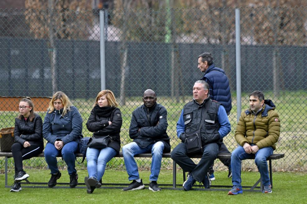 בכל עיר וכפר תמצאו תמונה דומה, כאן זה באחד ממגרשי הספורט באיטליה. ההורים צופים בילדים (צילום: shutterstock)
