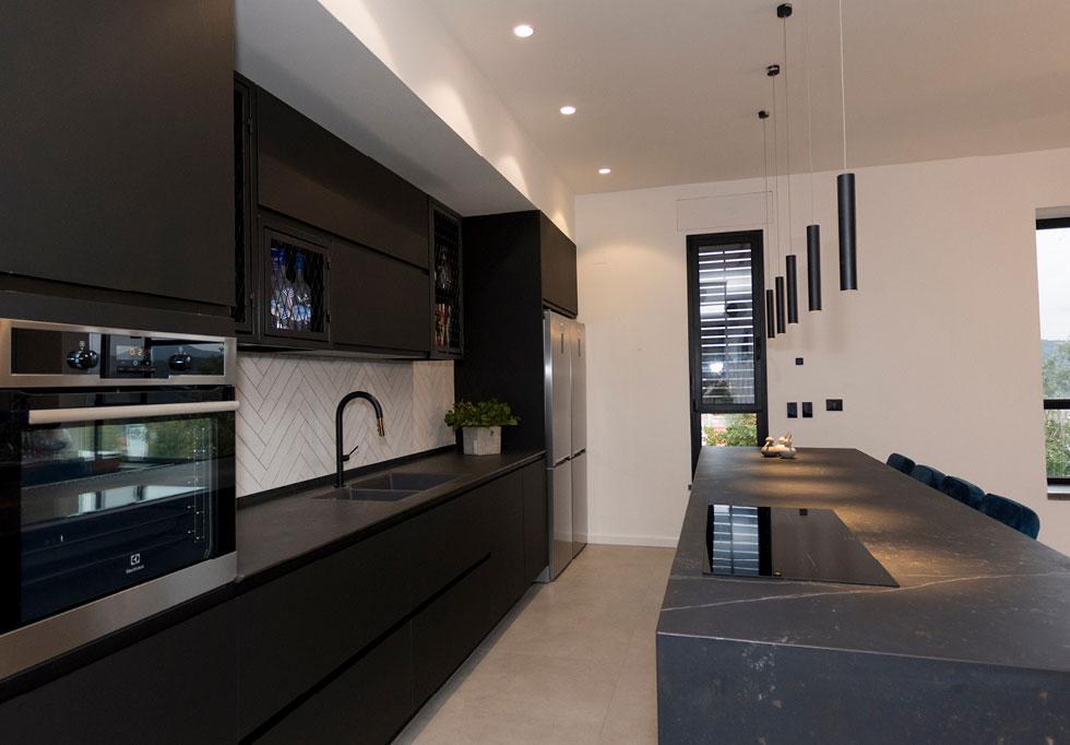 """מטבח בעיצוב האדריכל מאור אסולין. """"מטבח הוא כבר מזמן לא רק אזור לבישול, אלא אמירה אישית של המעצב בשיתוף בני הבית"""" (צילום: ג'נאן חלבי)"""