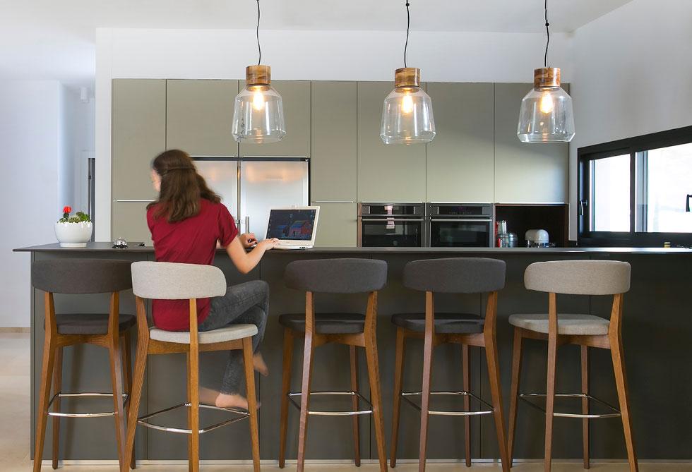 """מטבח בעיצוב האדריכלית  מיכל סיאורנו. """"לחברות כמו זיו יש גם חשיפה תמידית לחומרים חדשים בשוק, ואולמות תצוגה גדולים בהם הלקוח יכול לראות את כל האלמנטים"""" (צילום: סוזי לוינסון)"""