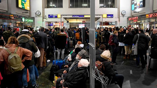נוסעים תחנת רכבת דורטמונד גרמניה ביטול רכבות בגלל סופה (צילום: AFP)