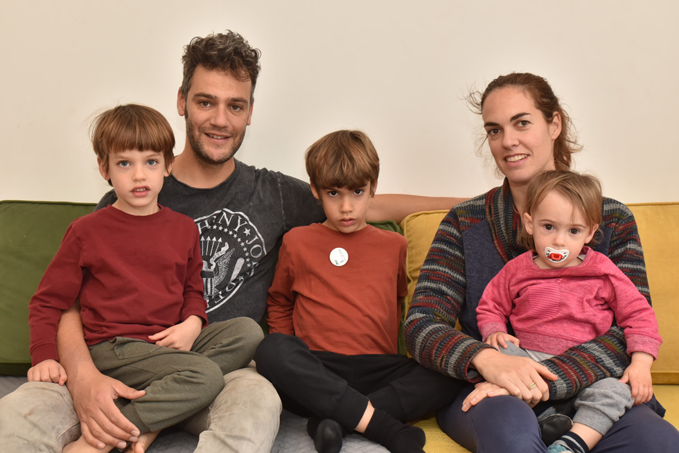 """עם שלושת ילדיהם. """"מאוד טוב להם כאן. הם קיבלו ביטחון פיזי בעצמם""""  (צילום: יוסי דוס-סנטוס)"""