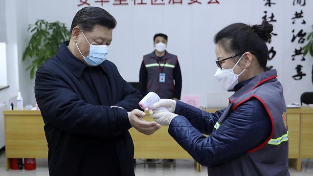 שי ג'ינפינג נשיא סין ב ביקור בית חולים ב בייג'ינג וירוס נגיף קורונה (צילום: AP)