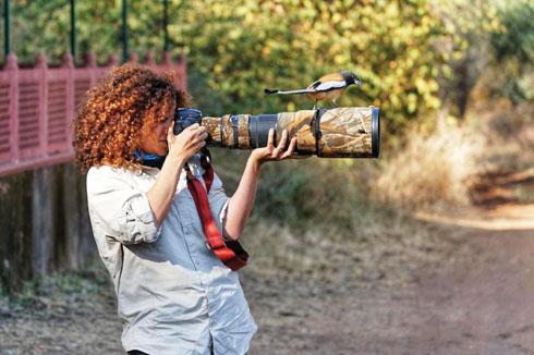 מצלמים בשטח. עם מאיה מימוני  (צילום: מאיה מימוני)